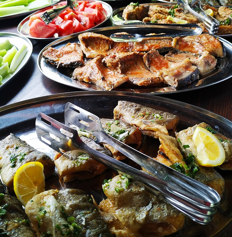 On Lake Skadar – local specialties in the national restaurant